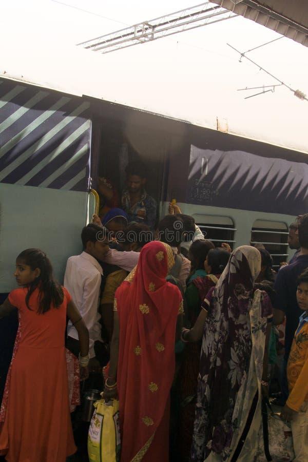 passeggeri indiani d'imbarco in un vagone ammucchiato fotografie stock libere da diritti