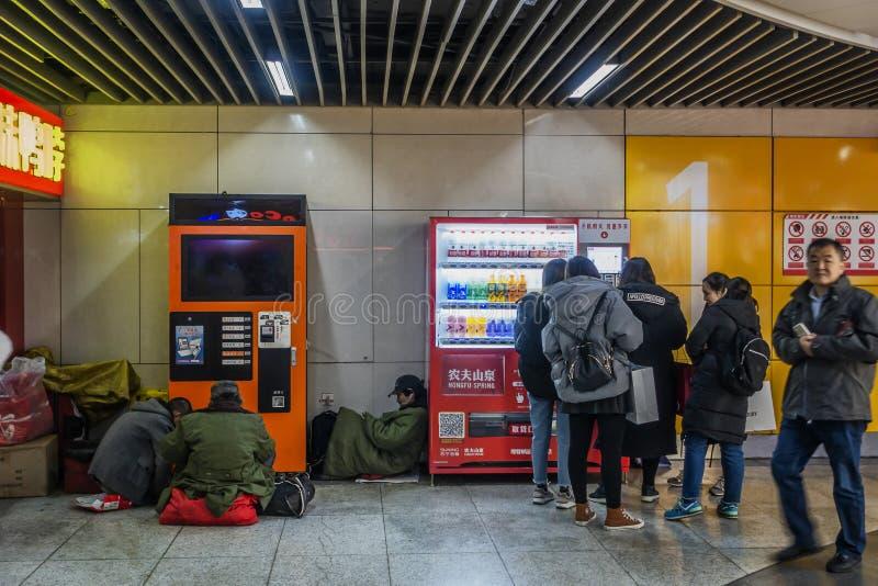 Passeggeri nella stazione della metropolitana immagini stock libere da diritti