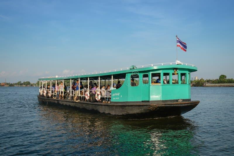 Passeggeri in un traghetto nel Chao Phraya, Tailandia fotografie stock