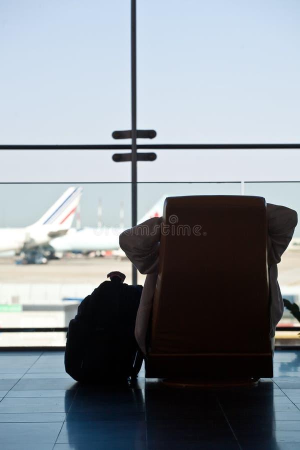 Passeggero che aspetta il suo volo fotografia stock libera da diritti