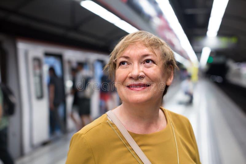 Passeggero della donna del pensionato nella stazione ferroviaria fotografia stock