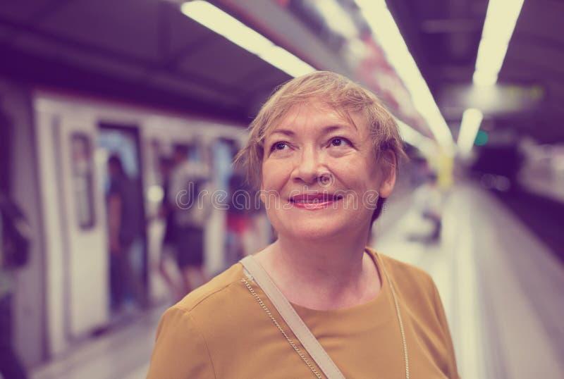 Passeggero della donna del pensionato nella stazione ferroviaria fotografie stock libere da diritti