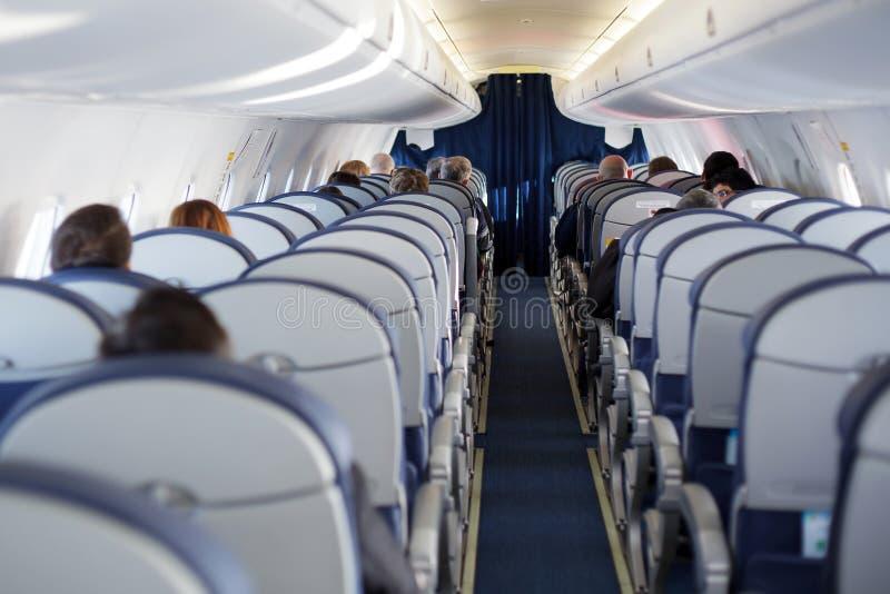 Passeggero dentro la finestra vuota a metà interna grigia dell'oblò di problema del salone di volo della cabina fotografie stock libere da diritti
