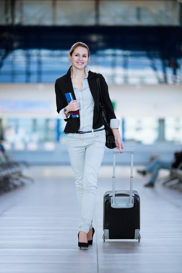 Passeggero femminile abbastanza giovane all'aeroporto immagini stock
