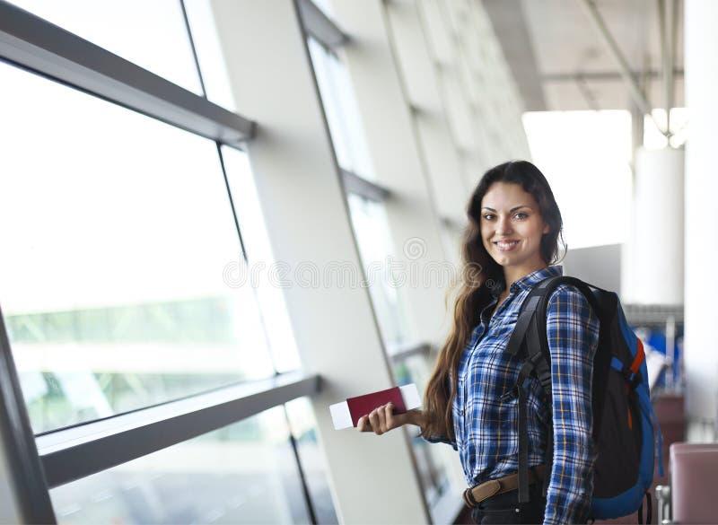 Passeggero femminile abbastanza giovane all'aeroporto fotografie stock libere da diritti