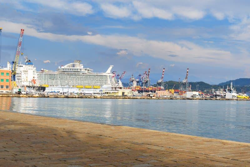 Passeggiano Costantino Morin, la linea costiera ed il porto di La Spezia, Liguria, Italia fotografie stock