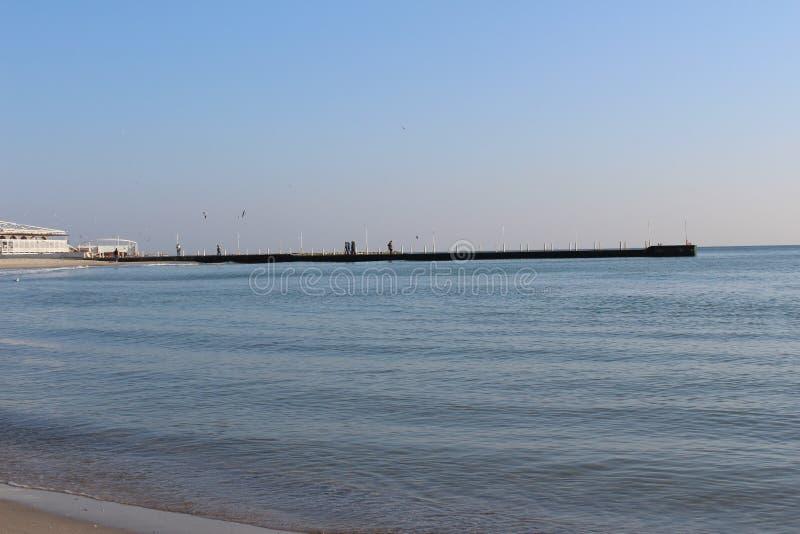 passeggiata al mare attraverso il raccoglitore della città in tempo di inverno o in primavera immagine stock