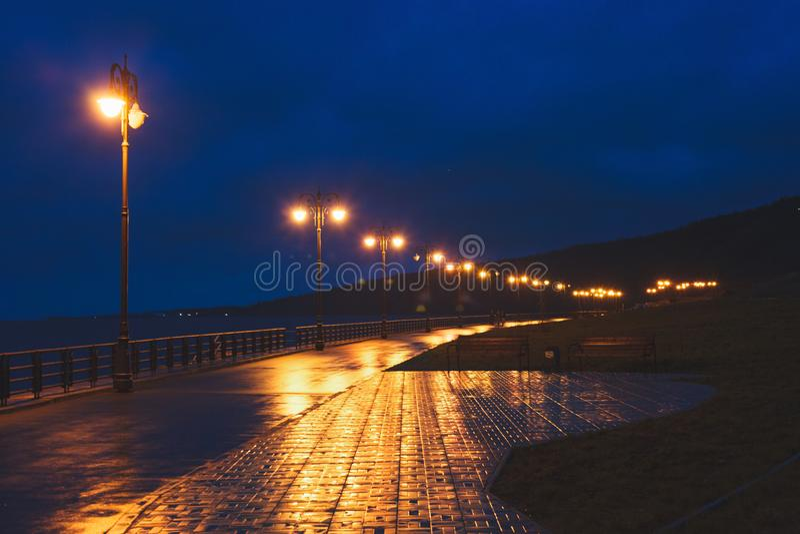 Passeggiata in alla luce dei pali della luce fotografie stock libere da diritti
