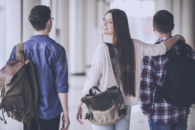 Passeggiata degli studenti in Corridoio Studiando all'istituto universitario fotografie stock libere da diritti