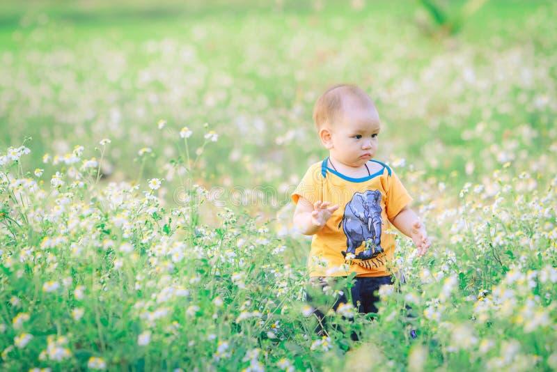 Passeggiata dei bambini con la natura fotografie stock libere da diritti