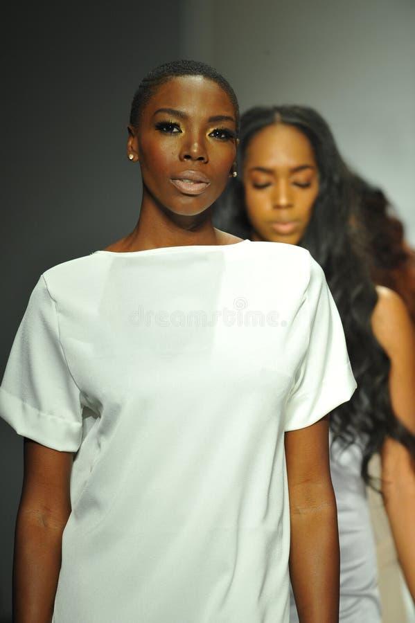 Passeggiata dei modelli la pista alla sfilata di moda di R. Michelle fotografie stock
