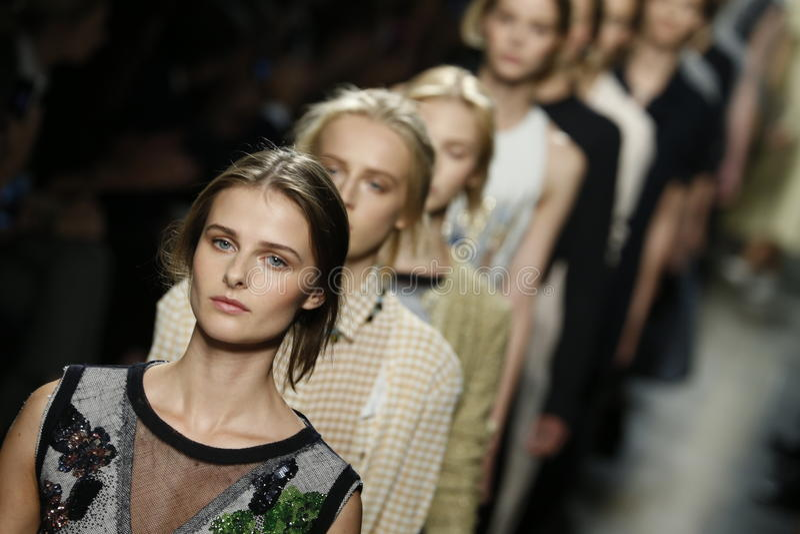 Passeggiata dei modelli la pista durante la manifestazione di Bottega Veneta come parte di Milan Fashion Week immagini stock