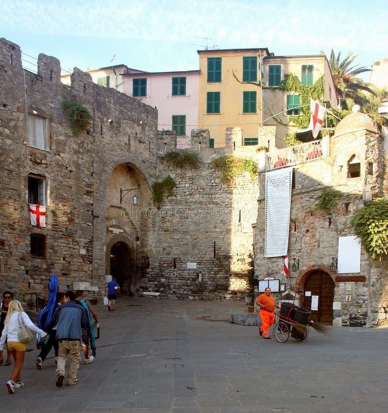 Passeggiata dei turisti accanto alle pareti di Portovenere immagini stock