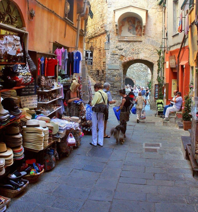 Passeggiata dei turisti accanto alle pareti di Portovenere immagine stock libera da diritti