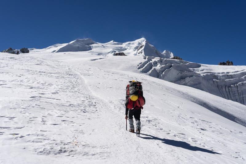 Passeggiata del portatore al picco eccessivo sul ghiacciaio della La di Mera, regione di Everest, Nepal di Mera fotografia stock libera da diritti