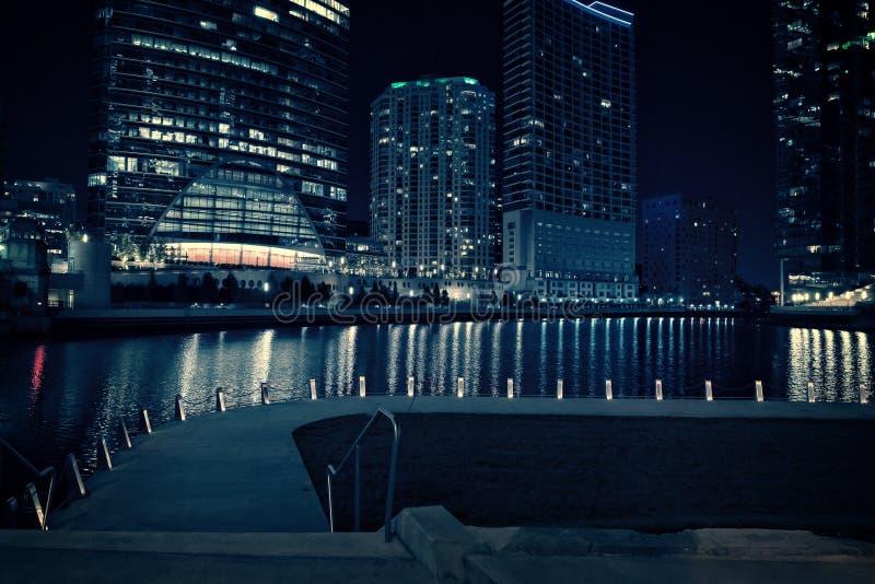 Passeggiata del riverwalk della città di Chicago alla notte immagini stock libere da diritti