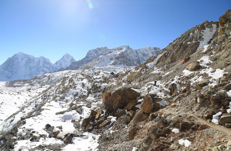 Passeggiata del Trekker al basecamp di everest dal viaggio di everest fotografia stock libera da diritti
