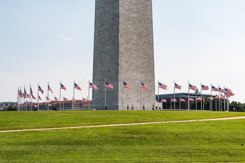 Passeggiata della gente fra le bandiere a Washington Monument immagini stock