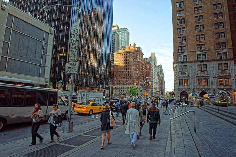 Passeggiata della gente lungo il sesto viale in New York fotografia stock libera da diritti