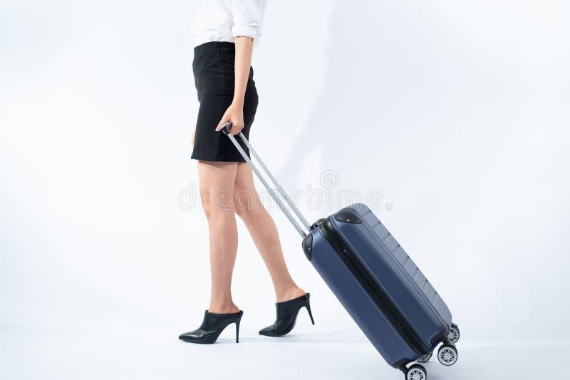 Passeggiata della giovane donna con la valigia immagini stock libere da diritti