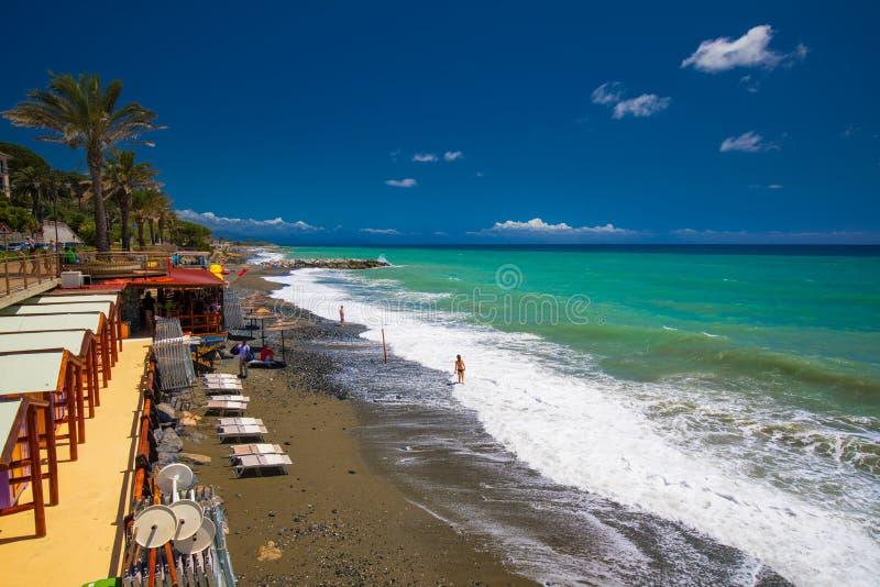 Passeggiata della linea costiera con le palme nella città di Cogoleto, italiano Riviera immagine stock libera da diritti