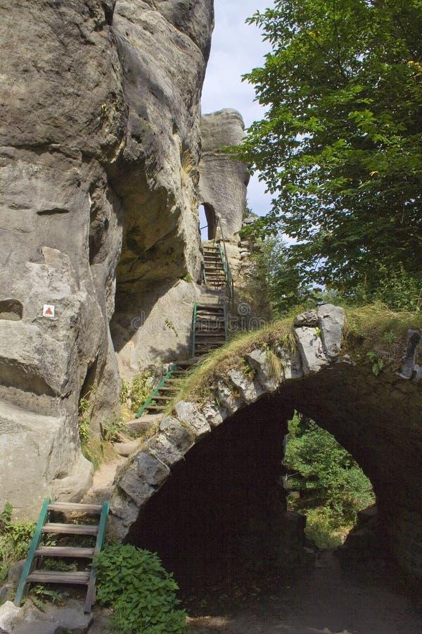 Passeggiata delle scala su sulla montagna di pietra fotografia stock
