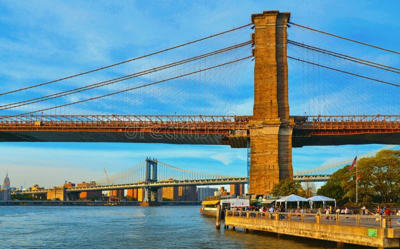 Passeggiata di Brooklyn con la sposa di Brooklyn ed il ponte famosi di Manhattan e fiume hudson nel fondo contro cielo blu variop immagine stock libera da diritti