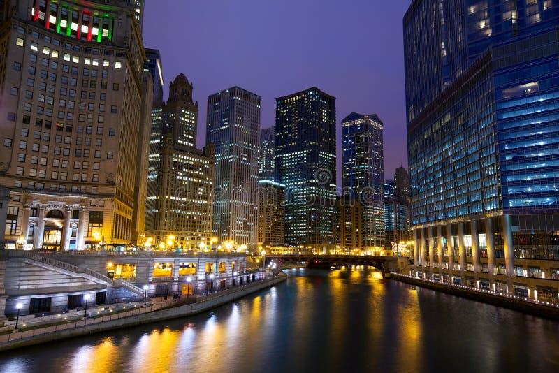Passeggiata di Chicago River alla notte fotografia stock