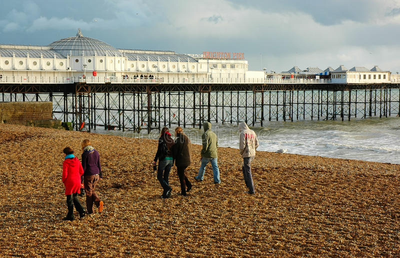 Passeggiata di inverno della famiglia lungo la spiaggia immagini stock libere da diritti