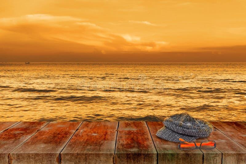 Passeggiata di legno con il mare sul tramonto, natura illustrazione vettoriale