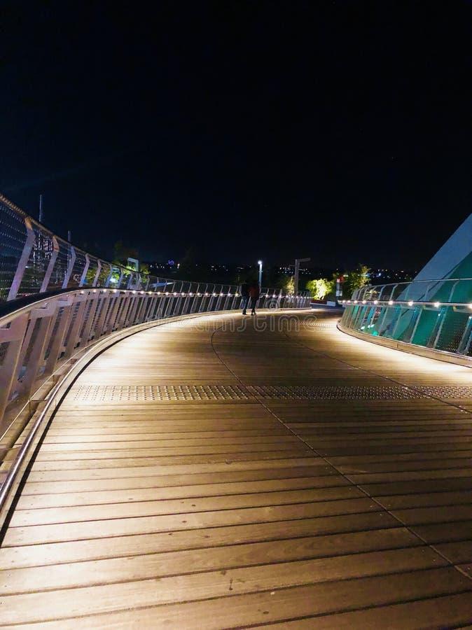 Passeggiata di notte immagini stock