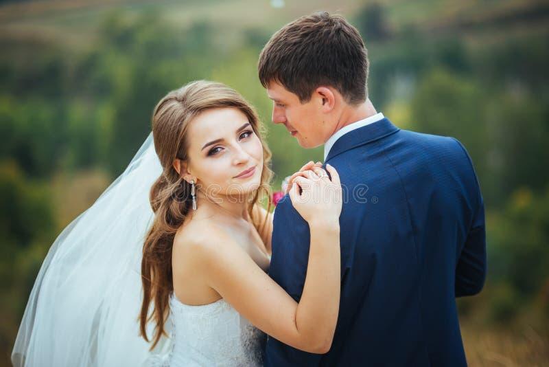Passeggiata di nozze sulla natura immagine stock libera da diritti