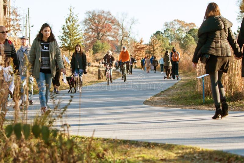 Passeggiata e bici della gente lungo area ricreativa dell'anello ferroviario di Atlanta fotografia stock