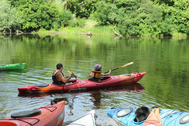 Passeggiata lungo il fiume in un kajak immagini stock libere da diritti