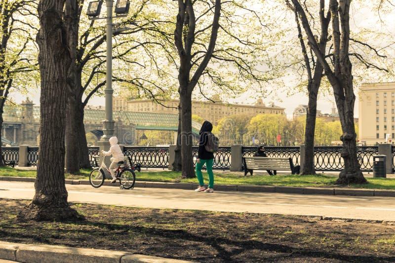 Passeggiata 4 maggio 2015 della Russia, Mosca nel parco nominato dopo Gorkij immagini stock