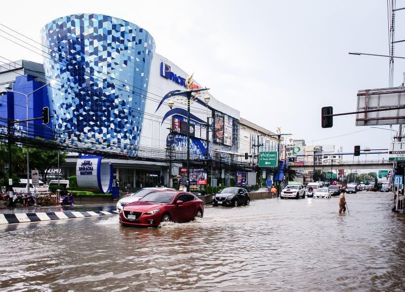 Passeggiata non identificata dell'uomo attraverso l'inondazione dopo pioggia alla città di Sriracha fotografie stock libere da diritti