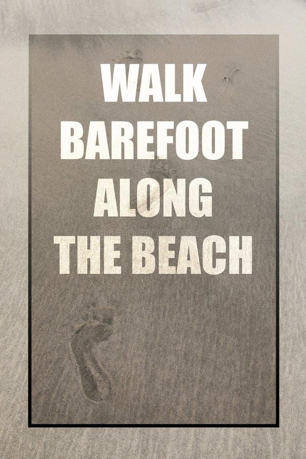 Passeggiata a piedi nudi lungo la spiaggia, testo della spiaggia immagine stock