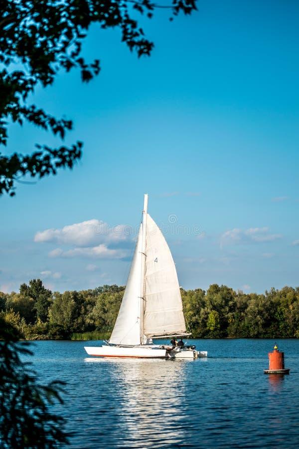 Passeggiata romantica sul lago su un yacht bianco Resto sui laghi di Cumbria fotografie stock libere da diritti