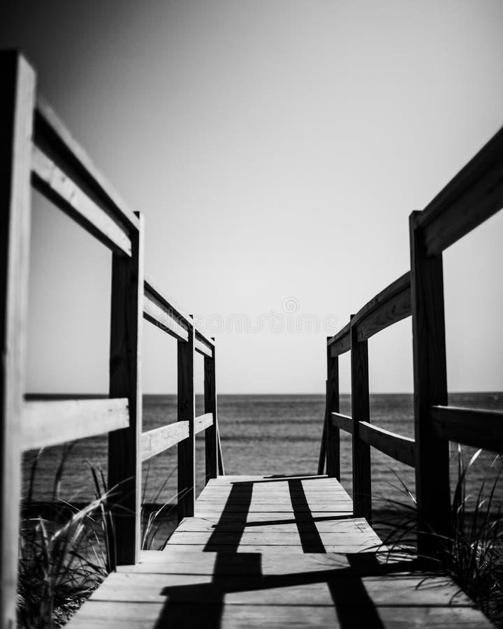 Passeggiata sopra alla spiaggia immagine stock