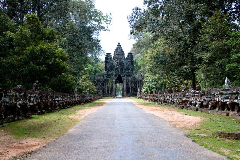 Passeggiata su al portone a Angkor Wat immagini stock