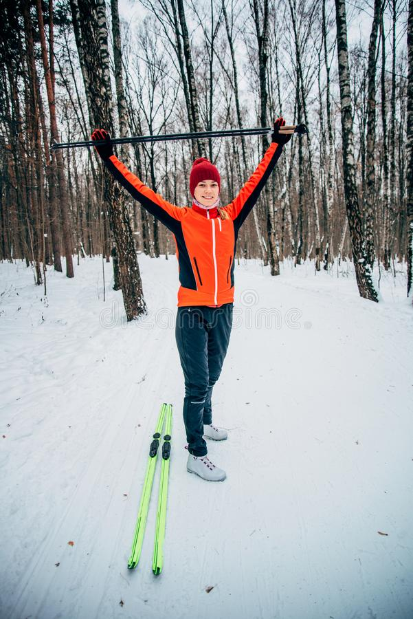 Passeggiata sugli sci sul legno immagini stock libere da diritti