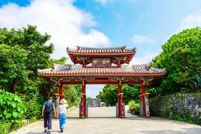 Passeggiata turistica tramite il portone di Shurei lunedì immagine stock libera da diritti