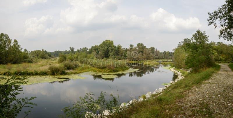 Passeggiata vicino al lago di oxbow al fiume del Ticino vicino a Bernate, Italia fotografie stock