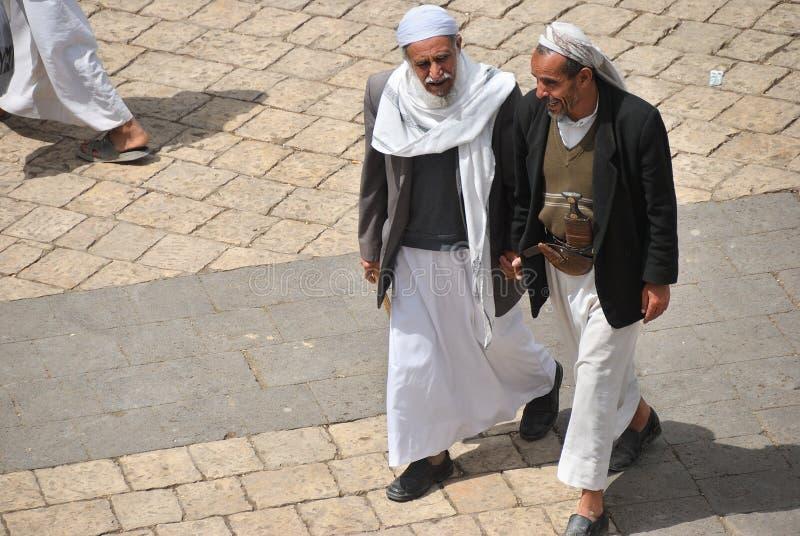 Passeggiata yemeny dell'uomo due su una via di Sanaa nell'Yemen fotografia stock