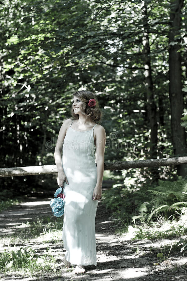 Passeggiate nel bosco della ragazza fotografie stock libere da diritti