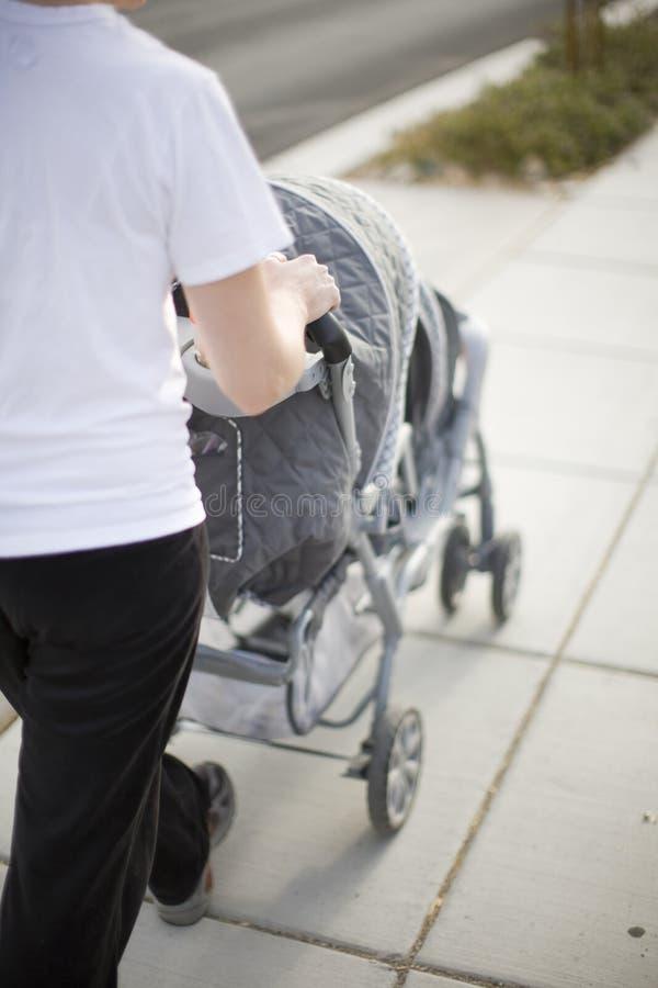 Passeggiatore di bambino e della madre immagini stock