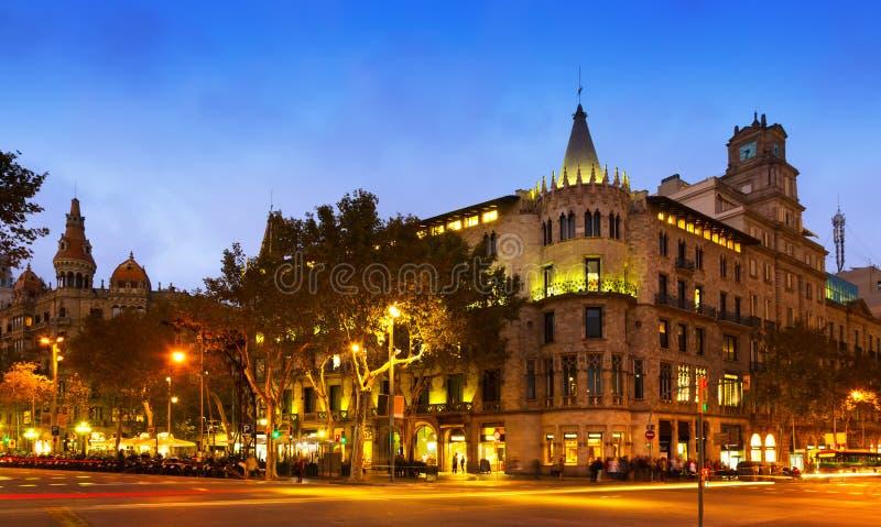 Passeig de Gracia i höstskymning Barcelona royaltyfri fotografi