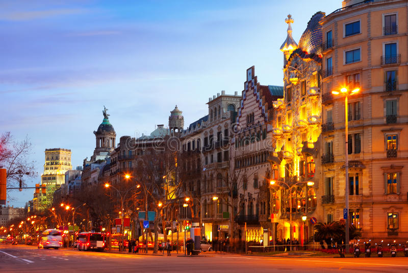Passeig de Gracia i vinterafton. Barcelona royaltyfri bild