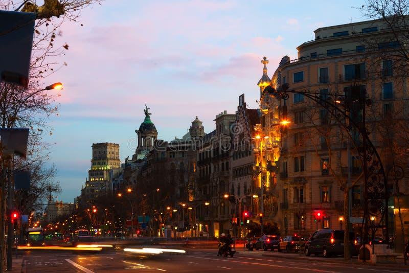 Passeig de Gracia i vinterafton Barcelona arkivfoton