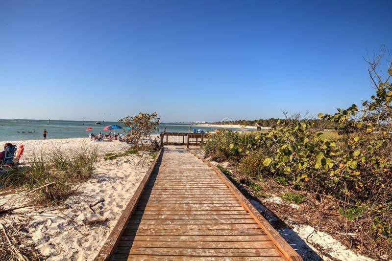 Passeio à beira mar através da praia branca da areia da passagem Sta de Delnor-Wiggins imagem de stock royalty free
